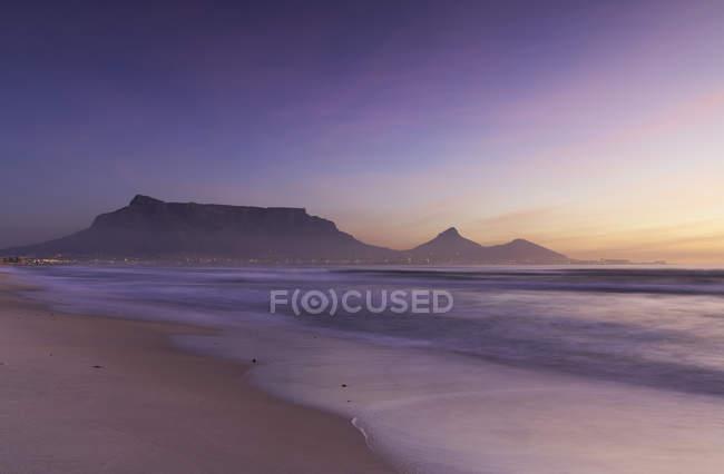 Milnerton Strand und den Tafelberg bei Sonnenuntergang — Stockfoto