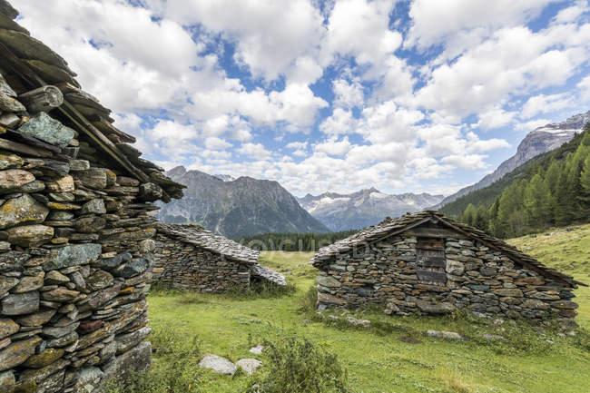 Cabanas de pedra alpinas típicas — Fotografia de Stock