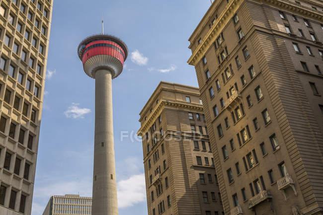 Bâtiments de Calgary Tower et bureau, au centre-ville de Calgary, Alberta, Canada — Photo de stock