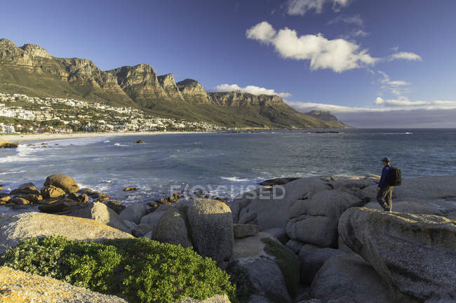 Man walking at Camps Bay, Cape Town, Western Cape, South Africa — Stock Photo
