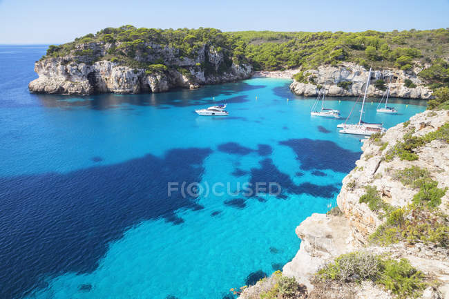 Cala Macarelleta and sailboats — Stock Photo