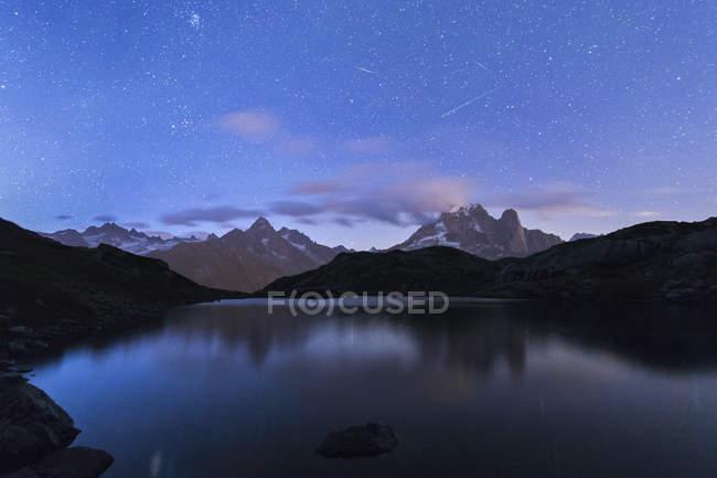 Picos rocosos de Les Drus y Aiguille Verte - foto de stock