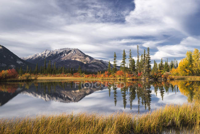 Mountain Lake im Herbst — Stockfoto