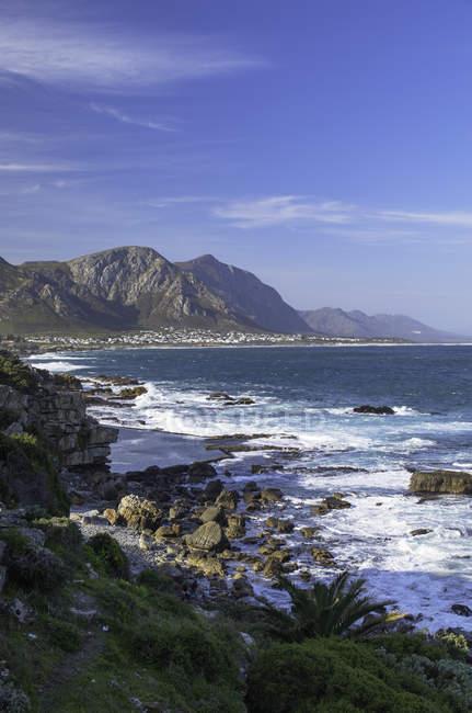 Felsigen Strand und Berge — Stockfoto