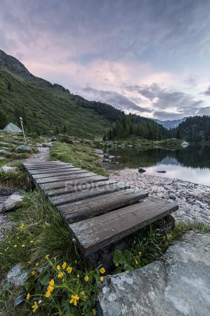 Wood walkway on shore of Lake Cavloc — Stock Photo