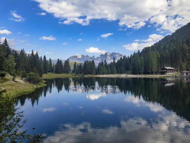 Озеро Nambino и Брента горный хребет — стоковое фото