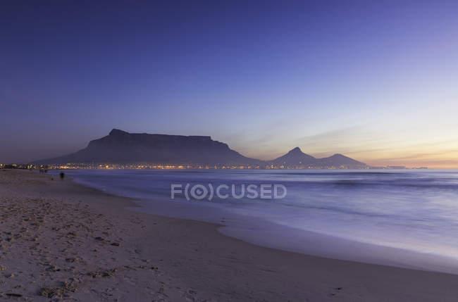 Tafelberg und Milnerton Strand bei Sonnenuntergang — Stockfoto