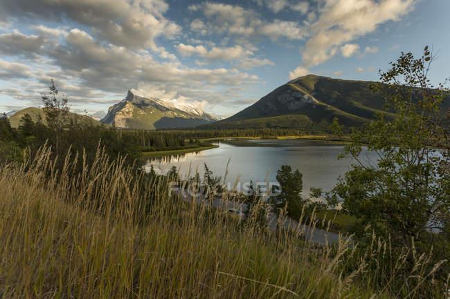 Озеро в Banff Національний парк — стокове фото