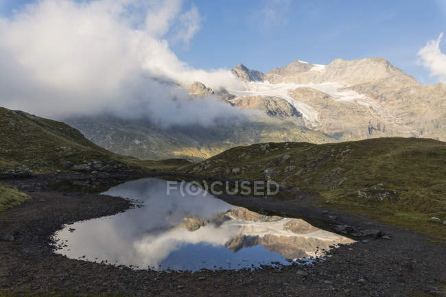 Sommets montagneux, reflétées dans l'eau — Photo de stock
