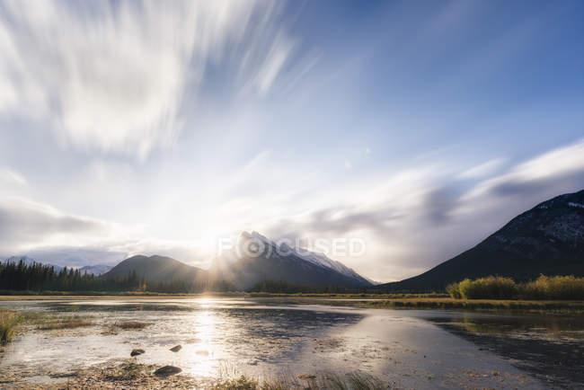 Восход солнца на озера киноварь — стоковое фото