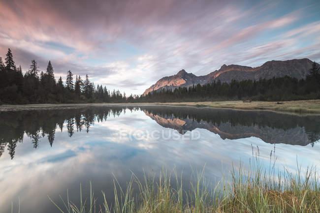 Nuages reflètent dans le lac Entova à l'aube — Photo de stock