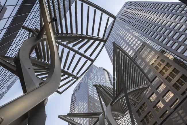 Escultura e prédios urbanos — Fotografia de Stock