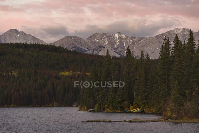 Canots de lac et montagnes — Photo de stock