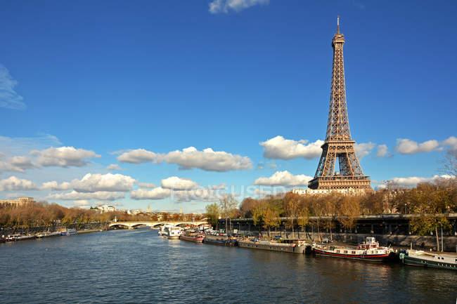 Eiffel Turm und Fluss seine — Stockfoto