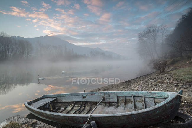 Деревянные лодки на берегу реки Mera — стоковое фото