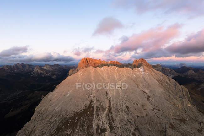 Sassopiatto gamma della montagna al tramonto — Foto stock