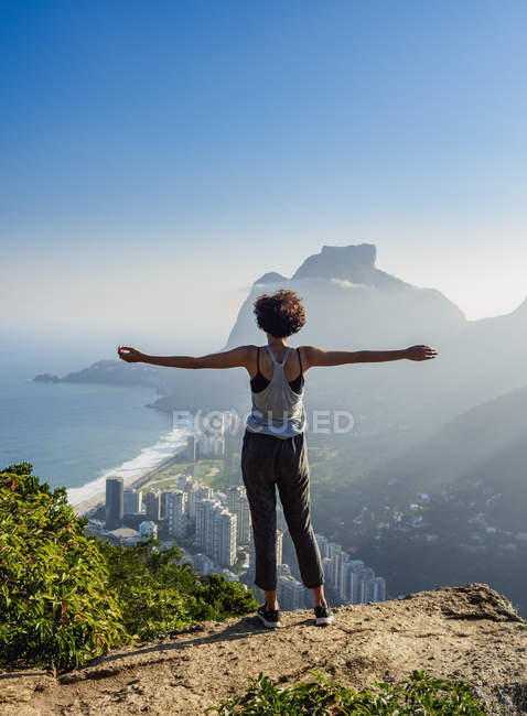 Girl enjoying the view Pedra da Gavea — Stock Photo