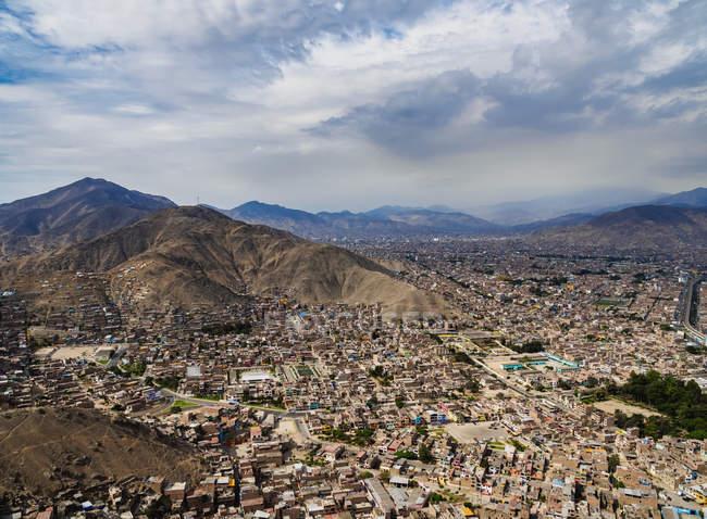 Paesaggio urbano di Lima dalla collina di San Cristobal — Foto stock