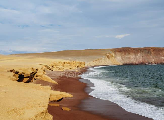 Красный пляж с серфинга — стоковое фото