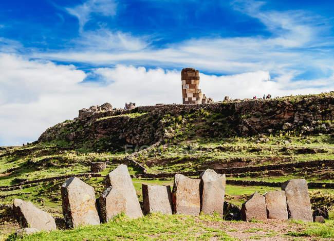Кам'яне коло і Chullpa вежа — стокове фото