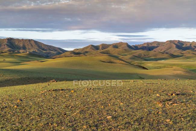 Grünen Wiese mit Hügeln und Bergen — Stockfoto