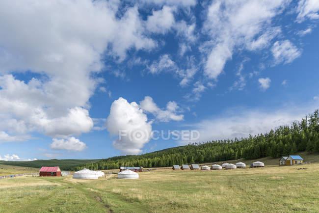 Tourist-Ger-Camp und Khangai Berge — Stockfoto