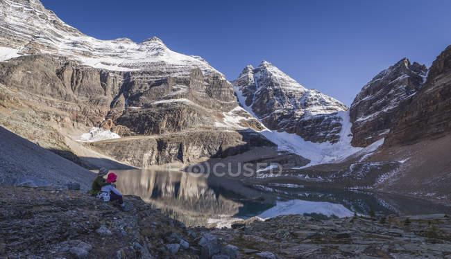 Randonneurs, profitant de la vue du lac Oesa — Photo de stock