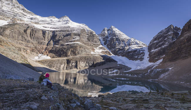 Hikers enjoying the view of Lake Oesa — Stock Photo
