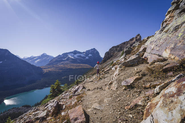 Female hiker on the Alpine Circuit Trail — Stock Photo