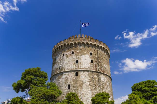 Torre bianca con bandiera greca — Foto stock