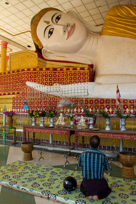 Буддійські молитви на колінах в храмі — стокове фото