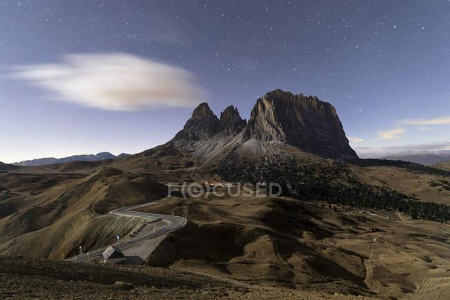 Cielo stellato sopra le cime rocciose — Foto stock