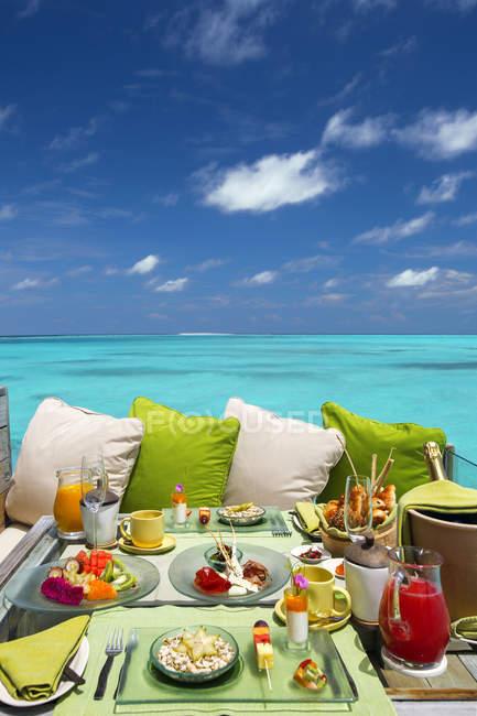 Завтрак в отеле beach с прекрасным видом — стоковое фото