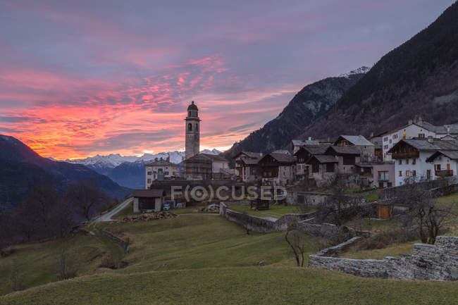 Coucher de soleil sur le village alpin de Soglio — Photo de stock