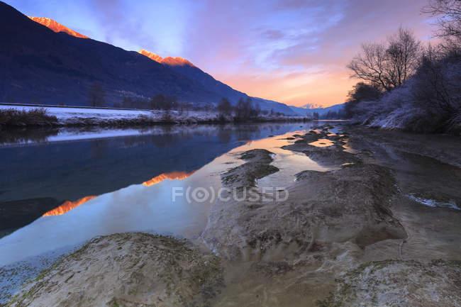 Cielo colorido que refleja en el río de Adda - foto de stock