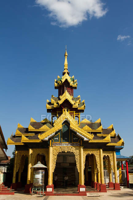 Temple of the Shwemawdaw Pagoda complex — Stock Photo