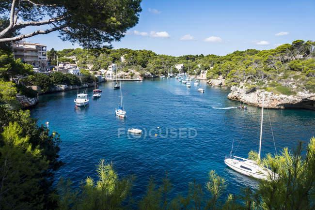 Bucht von Cala Llombards mit Booten — Stockfoto