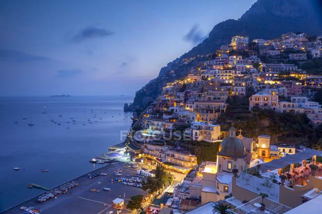 Positano und Strand in der Abenddämmerung — Stockfoto