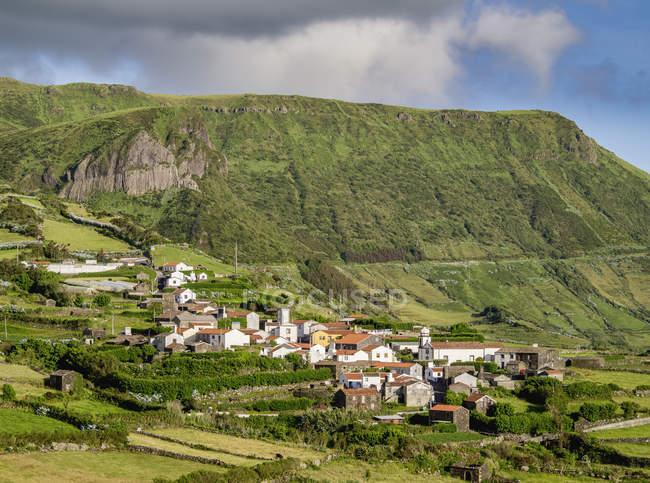 Pueblo de Mosteiro y Rocha dos Bordoes - foto de stock