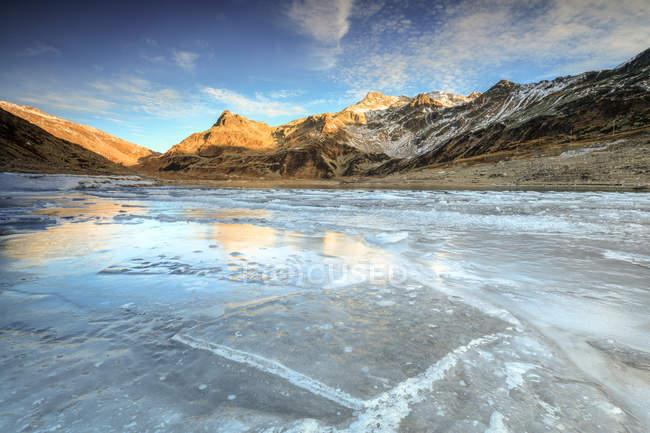 Congelados el lago Montespluga al amanecer - foto de stock