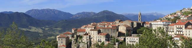 Ville de Sartène avec des montagnes — Photo de stock