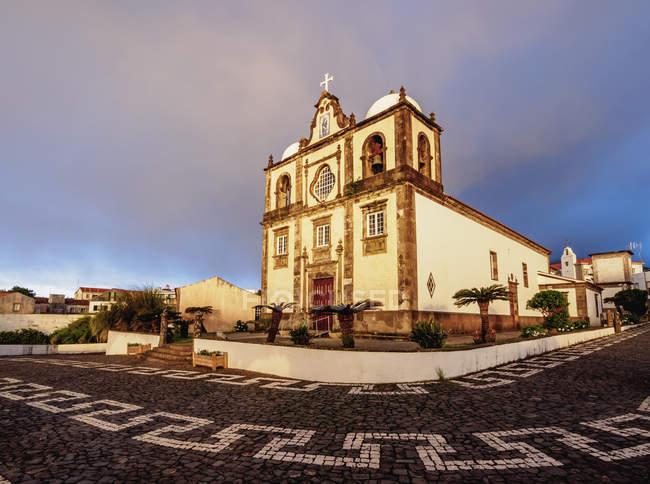 Iglesia en Lajes das Flores al amanecer - foto de stock
