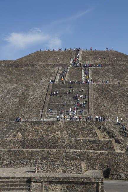 Pirámide del sol en la zona arqueológica de Teotihuacan - foto de stock