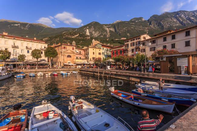 Лодки в гавани Malcesine — стоковое фото