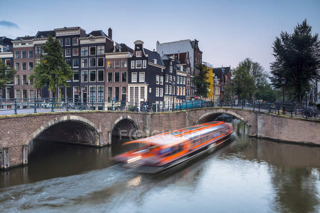 Boat under bridge over the Keizersgracht Canal — Stock Photo