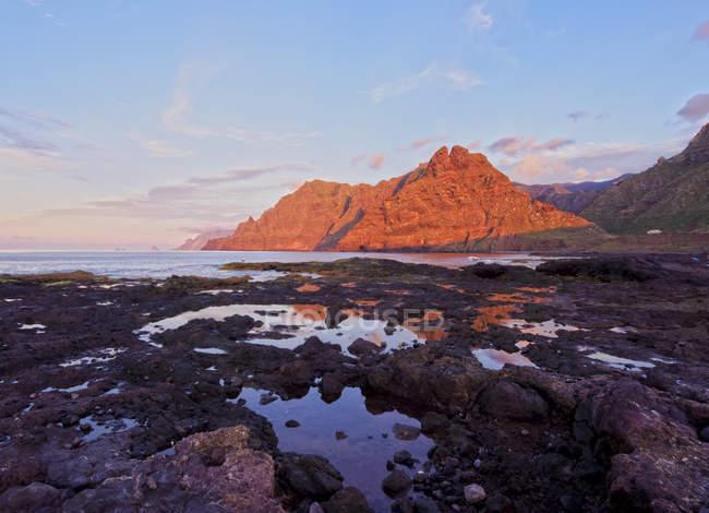 Küste und Anaga-Gebirge bei Sonnenuntergang — Stockfoto