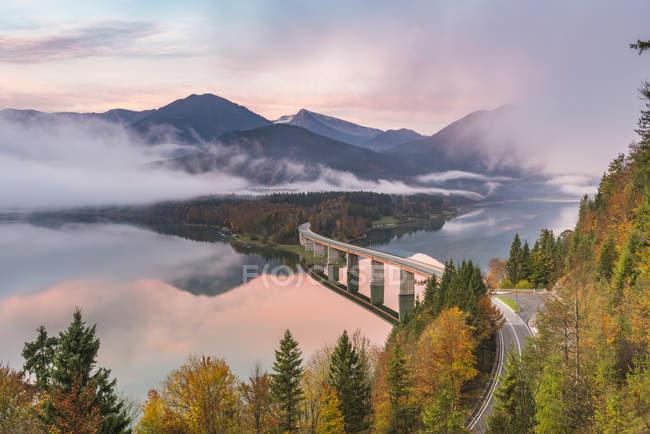 Sylvenstein озеро и мост — стоковое фото