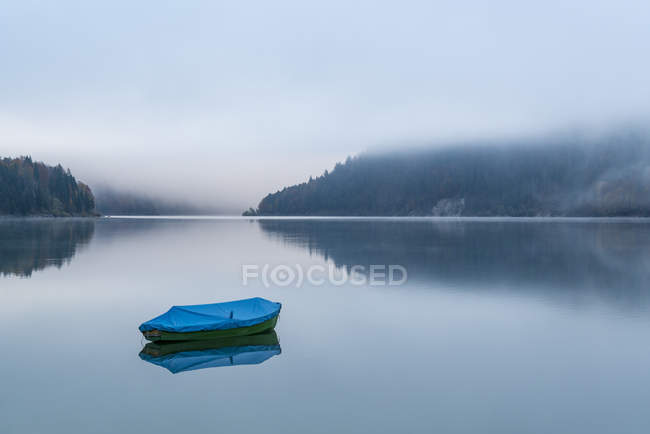 Лодка на озере Sylvenstein в утро — стоковое фото