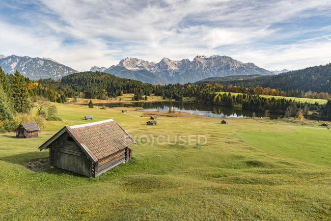 Lodges with Gerold lake and Karwendel Alps — Stock Photo