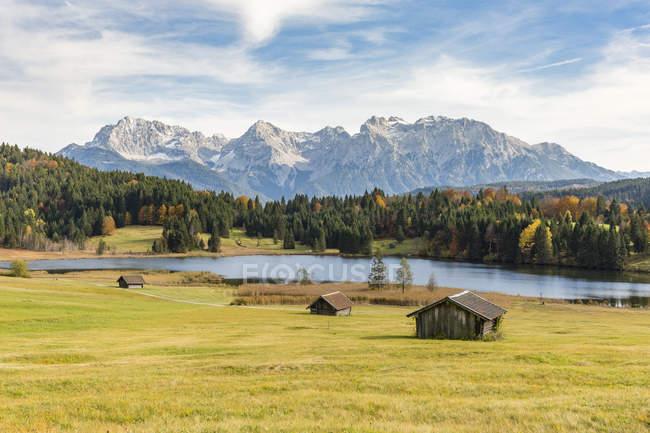 Домики с Герольд озеро и Альпы Карвендель — стоковое фото
